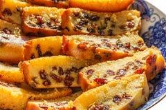 Frisch gebackener und geschnittener Schwammfruchtkuchen mit Rosinen auf Platte Stockfotografie