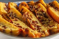 Frisch gebackener und geschnittener Schwammfruchtkuchen mit Rosinen auf Platte Stockfoto