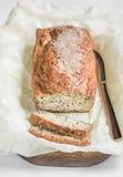 Frisch gebackenes Brot auf einem hölzernen Brett auf einem hellen Hintergrund Stockbild