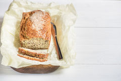 Frisch gebackenes Brot auf einem hölzernen Brett auf einem hellen Hintergrund, KNI Lizenzfreies Stockbild