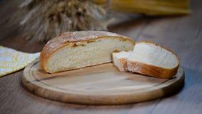 Frisch gebackenes Brot auf hölzernem Schneidebrett stock footage