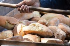 Frisch gebackenes Brot im Holz Lizenzfreies Stockbild