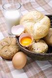Frisch gebackenes Brot mit Eiern und Milch Lizenzfreie Stockbilder