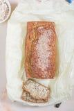 Frisch gebackenes Brot mit indischem Sesam, Kleie und Leinsamen auf einem hölzernen Lizenzfreies Stockbild