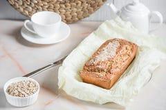 Frisch gebackenes Brot mit Kleie vom Hafermehl mit indischem Sesam, Kleie a Lizenzfreies Stockbild