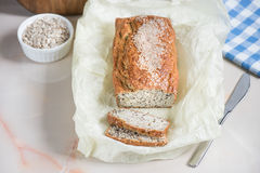 Frisch gebackenes Brot mit Kleie vom Hafermehl mit indischem Sesam, Kleie und Stockbild