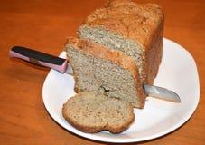 Frisch gebackenes Brot mit Messer und geschnitten Stockfotografie