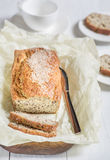 Frisch gebackenes Brot mit Samen des indischen Sesams auf einem hölzernen Brett auf einem lig Stockfoto