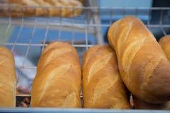 Frisch gebackenes Brot und Backwaren auf den Regalen auf dem Zähler der Bäckerei lizenzfreie stockfotografie