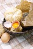 Frisch gebackenes Brot und Eier Stockfotografie