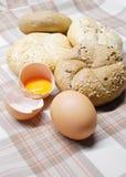 Frisch gebackenes Brot und Eier Lizenzfreies Stockfoto