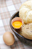 Frisch gebackenes Brot und Eier Lizenzfreie Stockbilder