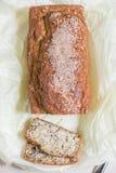 Frisch gebackenes Brot vom Hafermehl mit indischem Sesam, Kleie und Leinsamen Stockbilder