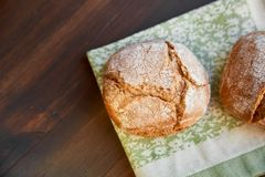 Frisch gebackenes handgemachtes Brot auf einem Geschirrtuch Raum für das Beschriften stockfoto
