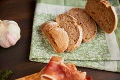 Frisch gebackenes handgemachtes Brot auf einem Geschirrtuch Brot wird in Scheiben geschnitten stockfotos