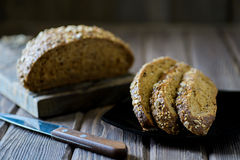 Frisch gebackenes multigrain Brot Stockfotografie