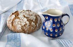 Frisch gebackenes selbst gemachtes Brot mit dem Milchkrug Stockbilder