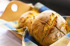 Frisch gebackenes traditionelles Mais-Brot im hölzernen Korb Stockfotografie