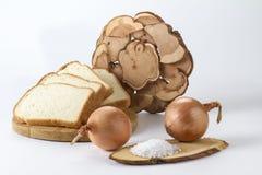 Frisch gebackenes Weißbrot mit Zwiebelsalz und -Weizenähren Stockbild