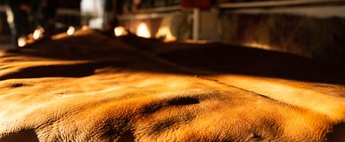 Frisch gebräuntes Leder, die Rauheit und die Beschaffenheit wird geschätzt stockfotografie