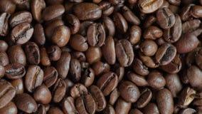 Frisch gebratene Kaffeebohnen stock footage
