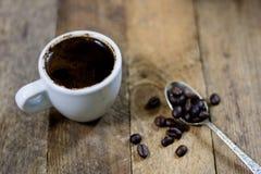 Frisch gebrauter Kaffee in den Schalen auf einem Holztisch mit einem Mahlen Stockfoto