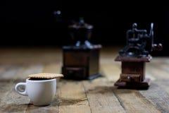 Frisch gebrauter Kaffee in den Schalen auf einem Holztisch mit einem Mahlen Lizenzfreies Stockfoto