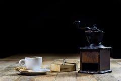Frisch gebrauter Kaffee in den Schalen auf einem Holztisch mit einem Mahlen Lizenzfreie Stockfotos