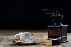 Frisch gebrauter Kaffee in den Schalen auf einem Holztisch mit einem Mahlen Stockfotos