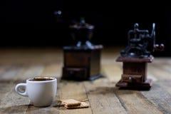 Frisch gebrauter Kaffee in den Schalen auf einem Holztisch mit einem Prägem Stockbild