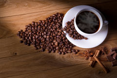 Frisch gebrauter Kaffee mit einer Auswahl des Gebäcks und der Kuchen lizenzfreies stockfoto