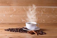 Frisch gebrauter Kaffee mit einer Auswahl des Gebäcks und der Kuchen lizenzfreie stockfotos