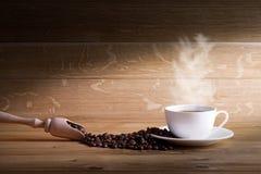 Frisch gebrauter Kaffee mit einer Auswahl des Gebäcks und der Kuchen stockfoto