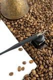 Frisch gebrautes turka des Kaffees mit Kaffeebohnen stockbilder