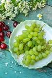 Frisch geeen Trauben und rote Kirschen Stockfoto