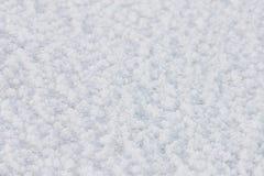 Frisch gefallener Schnee, Reif auf einem gefrorenen Fluss Natürlicher Winterhintergrund Stockbild