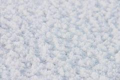 Frisch gefallener Schnee, Reif auf einem gefrorenen Fluss Natürlicher Winterhintergrund Lizenzfreies Stockbild