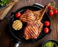 Frisch gegrillte Steaks stockfoto