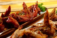 Frisch gekochte Hühnerflügel Stockfoto