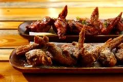 Frisch gekochte Hühnerflügel Stockbild