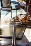 Frisch gekochte Krabbe auf dem Kai des Fischers stockbild