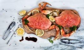 Frisch gekochte Krabbe mit Gewürzen auf hölzernem Server Stockfotos