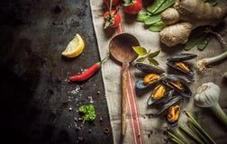 Frisch gekochte Miesmuscheln mit wohlschmeckenden Bestandteilen Stockfotos