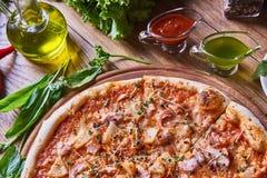 Frisch gekochte Pizza auf dem Holztisch Lizenzfreies Stockfoto