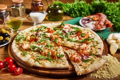 Frisch gekochte Pizza auf dem Holztisch Stockfotos