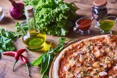 Frisch gekochte Pizza auf dem Holztisch Lizenzfreie Stockbilder