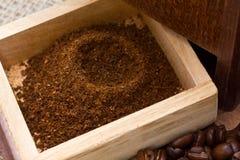 Frisch gemahlener Kaffee und Schleifer lizenzfreies stockfoto