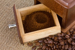 Frisch gemahlener Kaffee und Schleifer stockbild