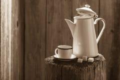 Frisch gemahlener schwarzer Kaffee im Weinlesetopf lizenzfreie stockfotos