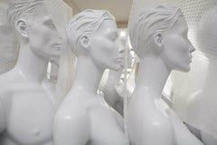 Frisch gemalte Mannequins verpackt ausgesendet zu werden stockbilder